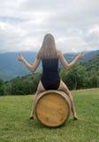 Une fille sur un baril 2 Photo stock