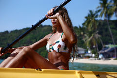 Une fille sur un kayak Photo stock