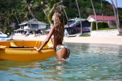 Une fille sur un kayak Photos libres de droits