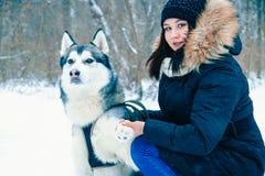 Une fille tient une patte le meilleur ami du ` s de chien-homme Images stock