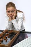 Une fille triste avec le clavier et les factures Image libre de droits