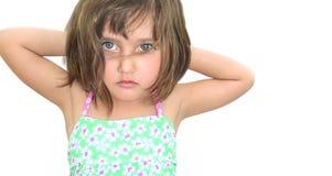 Une fille trois yeux gentils d'années a mouillé des cheveux Photos stock