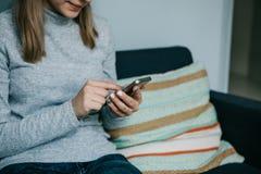 Une fille utilise un téléphone portable pour appeler ou envoyer un message ou pour communiquer dans un réseau social ou emploie l photo stock