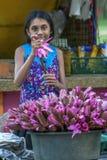 Une fille vendant des fleurs de lotus au complexe de temple de Kataragama dans Sri Lanka du sud images stock