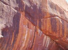 Une fin d'érosion d'une montagne rouge Photographie stock
