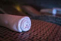 Une fin d'une serviette de bain de Terry se trouvant sur le bedstone en bois dans un sauna de luxe Des towls de Terry sont soigne images libres de droits