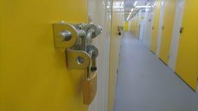 Une fin d'un cadenas et de l'extrémité d'un couloir d'unité de stockage Photographie stock libre de droits