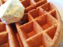 Une fin d'une gaufre avec du beurre sur le dessus Photographie stock