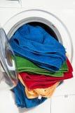 Une fin d'une machine à laver a chargé avec des vêtements Image libre de droits