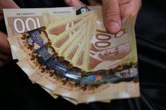 Une fin de des man's remettent tenir l'argent canadien
