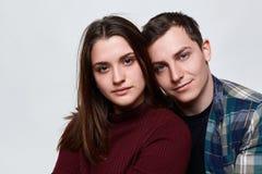 Une fin de deux personnes dans l'amour se tenant près de l'un l'autre Un garçon beau avec les yeux bleus avec du charme habillés  Image stock