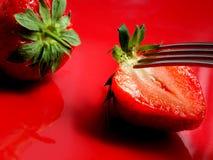 Une fin de moitié d'une fraise avec un insecte photos libres de droits