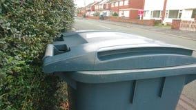 Une fin de poubelle de wheelie attendant pour être rassemblé Photo stock