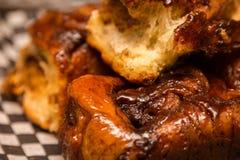 Une fin des petits pains de cannelle fraîchement cuits au four image libre de droits