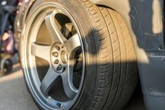 Une fin vers le haut de grande roue de voiture de luxe rapide de muscle images libres de droits