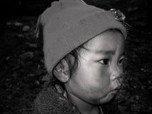 Une fin vers le haut de portrait de l'enfant du Népal photos stock