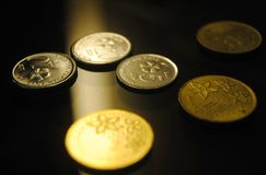 Une fin vers le haut de regard des pièces de monnaie de dispersion photos stock