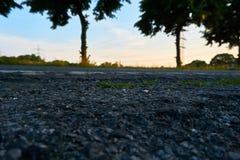 Une fin vers le haut de rue avec un coucher du soleil photographie stock