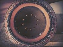 Une fin vers le haut de tir du pot décoré ayant l'intérieur circulaire de modèle photo stock