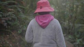 Une fin vers le haut de tir de la femme de voyage étant dehors dans la forêt clips vidéos