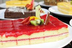 Fin vers le haut de tranche de gâteau de fraise d'éponge Images libres de droits