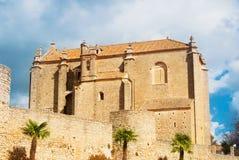 Une fin vers le haut de vue aux portes de ville, aux murs, aux paumes et à une église de saint Images libres de droits