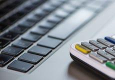 Une fin vers le haut de vue d'un clavier d'ordinateur et d'un lecteur de cartes Photos libres de droits