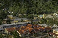 Une fin vers le haut de vue de la petite communauté en petite vallée juste de plus de route de Cocos, Trinidad Photo stock