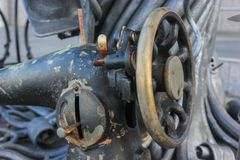 Une fin vers le haut du détail de la machine à coudre de vintage, pour l'affiche, saisie des textes, en conçoivent dedans Photo libre de droits