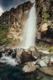 Une fin vers le haut du tir de la cascade renversante au Nouvelle-Zélande photo libre de droits