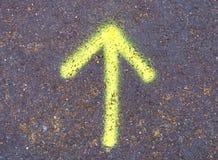 Une flèche colorée sur une rue Image stock
