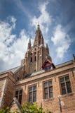 Une flèche d'église de bruge Image stock
