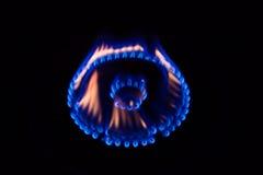 Une flamme brûlant sur une cuisinière à gaz Photographie stock libre de droits