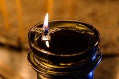 Une flamme de bougie votive brûle brillamment dans une chapelle de Mykonos Photos libres de droits