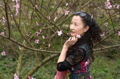 Une fleur astucieuse de femme et de pêche Image libre de droits