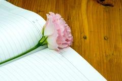 une fleur et un carnet images stock