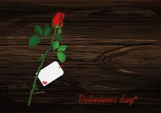 Une fleur rose avec l'arc et le ruban rouges et avec la voiture vide vide Image stock