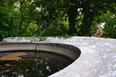 Une fontaine abandonnée dans les cours Images stock