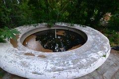 Une fontaine abandonnée dans les cours Image stock
