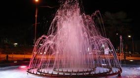 Une fontaine au centre de Petrich contre la ville hôtel en octobre 2018 banque de vidéos