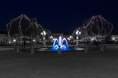 Une fontaine bleue dans le temps de Noël Photos stock