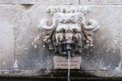 Une fontaine de marbre sous forme de personne photos stock