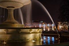 Une fontaine de Varsovie par nuit Images libres de droits