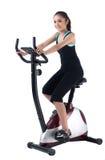 Une formation de femme sur le vélo d'exercice Photos stock