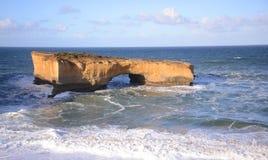 Une formation de roche a appelé le pont de Londres sur la côte sud de Victoria Australia Images stock