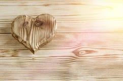 Une forme de coeur faite de bois sur un fond en bois Images libres de droits