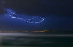 Une foudre au-dessus de l'océan Photographie stock libre de droits