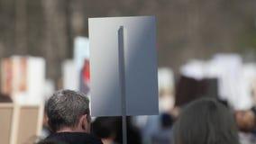 Une foule des démonstrateurs marchant agitant en grève contre le gouvernement banque de vidéos