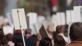 Une foule des démonstrateurs marchant agitant en grève contre le gouvernement clips vidéos
