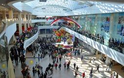 Une foule des gens faisant des emplettes au centre commercial la journée 'portes ouvertes' Image libre de droits